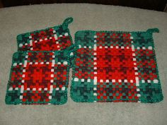 Woven potholder set in Christmas colors. Potholder Loom, Crochet Potholder Patterns, Christmas Colors, Christmas Crafts, Christmas Ornaments, Nifty Crafts, Peg Loom, Willow Weaving, Weaving Patterns