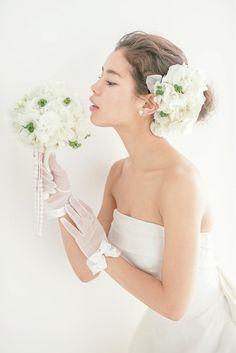 空気を含んだようなアップヘアに純白のアジサイが映えて/Side|ヘアメイクカタログ|ザ・ウエディング