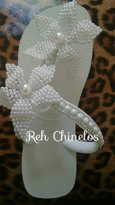 Sandalias Chinelos Flip Flop, Decorating Flip Flops, Motifs Perler, Beaded Shoes, Beaded Jewelry Patterns, Crochet Shoes, Clothes Crafts, Shoe Art, Bare Foot Sandals