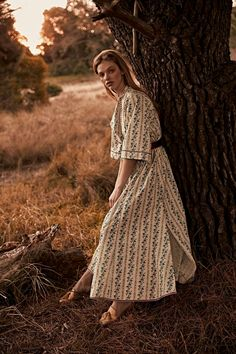 ELLE Singapore August 2018 Clare Crawford by Jeremy Choh Photography: Jeremy Choh. Model: Clare Crawford at IMG Models. Outdoor Fashion Photography, Fashion Photography Inspiration, Glamour Photography, Lifestyle Photography, Editorial Photography, Modeling Photography, Modeling Poses, Autumn Photography, Digital Photography