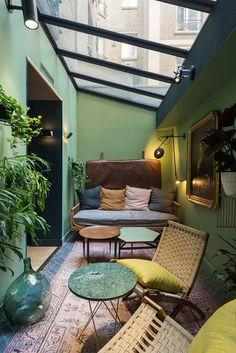 Een leesruimte/chillruimte met een glazen dak (veel zonlicht, maar ook naar de sterren kunnen kijken en het geluid van regen)