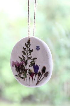 Bastelidee: Anhänger mit Sommer Blüten Out into nature: handicrafts with natural materials – homemade salt dough mandalas to give away, decorate or as a gift tag # grasses Clay Crafts For Kids, Diy And Crafts, Summer Crafts, Fall Crafts, Salt Dough, Nature Crafts, Ceramic Clay, Summer Flowers, Clay Art