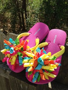 I want to make some of these cute corker flip flops for Aubri Bow Flip Flops, Girls Flip Flops, Flip Flop Shoes, Diy Craft Projects, Fun Crafts, Flip Flop Images, Flip Flop Craft, Decorating Flip Flops, Cheer Gifts
