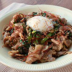 「スタミナチャージ 豚ニラ丼」の作り方を簡単で分かりやすい料理動画で紹介しています。豚バラ肉とニラをどかーんとご飯に乗せた、まさにスタミナ丼!味付けは焼肉のタレにお任せで、とっても簡単にお作りいただけます。ごはんに良く合いペロリと食べられますよ。お腹が空いた時にぜひ作ってくださいね。
