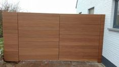 Strakke poort met horizontaal Thermo ayous triple profiel Driveway Gate, Fence, Wooden Gates, Blinds, Curtains, Home Decor, Outdoors, Decoration, Gardens