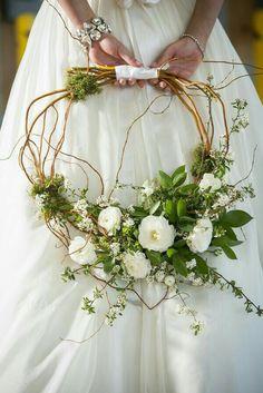 Original, pero sin perder un ápice de elegancia ni de buen gusto. #ramos #novia