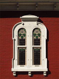 Québec - Fenêtre vitrail rue des Ursulines dans le vieux Trois-Rivières