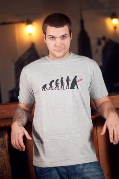 Heren T-shirt Darth Evolution  Dit rechte model T-shirt voor mannen is gemaakt van voorgekrompen ringgesponnen katoen en heeft een opdruk van de evolutie theorie van aap tot Darth Vader.  De hoge kwaliteit en goede verwerking zijn zichtbaar in de dubbele naden aan de mouwen en de zoom en de tweevoudig gelegde kraag in 1X1 ripp.