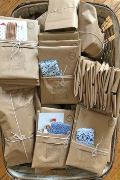 simple brown paper packaging gift wrapping ideas 4 spring ideas to try Simple Packaging, Paper Packaging, Jewelry Packaging, Gift Packaging, Packaging Ideas, Pretty Packaging, Pen Pal Letters, Creative Gift Wrapping, Wrapping Gifts