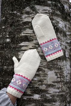 White mittens with jacquard ornament Fingerless Mittens, Knit Mittens, Mitten Gloves, Knitting Socks, Hand Knitting, Knitting Patterns, Knit Socks, Knitting Ideas, Wrist Warmers