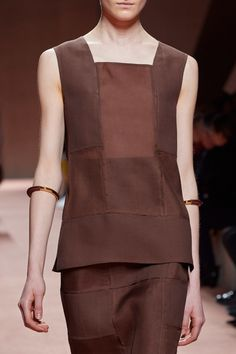 See all the Details photos from Hermès Spring/Summer 2020 Ready-To-Wear now on British Vogue 2020 Fashion Trends, Fashion 2020, Fashion Brands, Fashion Show, Vogue Paris, Vogue Us, Classic Wardrobe, Future Fashion, Mannequins