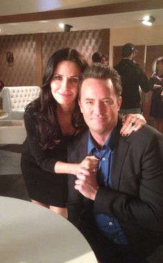 Chandler and Monica Bing! Matthew Perry invited former Friends costar Courteney Cox to guest on his NBC series Go On in April 2013 nine years after the real-life friends said goodbye to Central Perk in Friends Tv Show, Friends 1994, Tv: Friends, Friends Episodes, Friends Cast, Friends Moments, Friends Series, I Love My Friends, Friends Forever