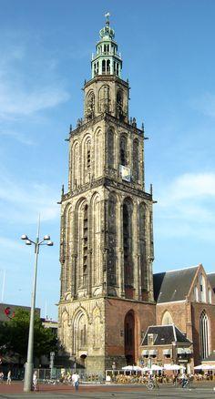 Martinitoren in Groningen.. De Martinitoren, gelegen aan de Grote Markt, is de bekendste en met zijn 96,8 meter ook de hoogste toren van de stad Groningen. De toren hoort bij de Martinikerk. Voor de stadjers, de inwoners van de stad, heeft de toren de bijnaam d' Olle Grieze, Gronings voor de oude grijze. Bron: Wikipedia
