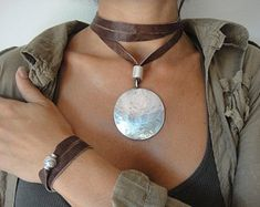 Long necklace with two positions, long or wound on choker. The pendant consists of a piece accompanied by a tube, metal-plated silver. The leather cord can be in beige, brown or black. Cord length is 56 cm Moon Necklace, Diy Necklace, Leather Necklace, Leather Jewelry, Boho Jewelry, Jewelry Crafts, Beaded Jewelry, Jewelery, Jewelry Accessories