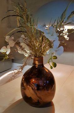 Tafelvaasje. Witte orchidee met goudblad. Zijdebloemen, kunstbloemen www.decoratietakken.nl