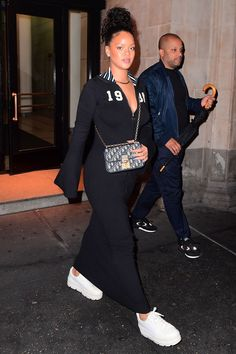Rihanna's Best Street Style - Rihanna's Best Looks Kleider, figurbetont Rihanna Rocks the Leather Trench Coat of Your Dreams at Fashion Awards Afterparty Rihanna Outfits, Rihanna Dress, Rihanna Street Style, Mode Rihanna, Best Street Style, Rihanna Fenty, Celebrity Outfits, Celebrity Style, Rihanna Sneakers