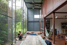 Vidro, madeira e metal fazem a composição de uma casa com bastante entrada de luz natural