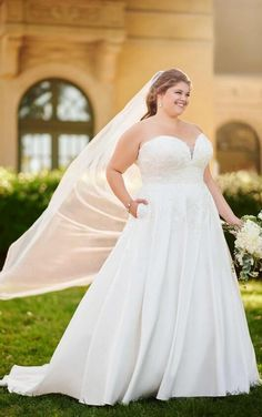he strapless bodice features a dipped sweetheart neckline and fine yet flourishing floral laces—for a dramatic finish with a subtle sheerness. The floral laces drip in a flattering pattern over the sides of the gallgown skirt of Matte Mikado, for a touch of organic to this clean look. With pockets and customizable elements, this plus size modern wedding dress was made to be completely your own. The bodice is available with your choice of lining, or choose to add beading for a splash of…