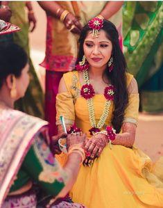 Flower Jewellery For Haldi, Flower Jewelry, Bridal Mehndi Dresses, Bridal Lehenga, Flower Garland Wedding, Haldi Ceremony, Bridal Photoshoot, Wedding Bride, Wedding Ideas