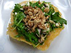 Rucola-Salat mit Walnüssen im Parmesankörbchen, ein leckeres Rezept aus der Kategorie Vegetarisch.