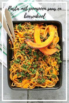 Een pasta saus met pompoen en natuurlijk ook voldoende tomaat. Extra van dit seizoen door de toevoeging van boerenkool! Dit recept is helemaal vegetarisch – en vegan – maar het vega gehakt kan ook door ander gehakt vervangen worden. #pompoen #herfst #rece Japchae, Food Porn, Veggies, Healthy Recipes, Healthy Food, Meat, Dinner, Ethnic Recipes, Spaghetti