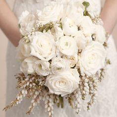 Bouquet de noiva branco. #casamento #bouquetdenoiva #ramodenoiva #flores #branco
