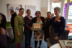 't Bakkertje kwam een taart brengen ter ere van de opening. De dames van KIB poseren dankbaar met de lekkernij.