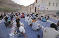 اخر اخبار اليمن - بالصور..الهلال الأحمر الإماراتي يوزع وجبات الإفطار بمديرية تريم بوادي حضرموت