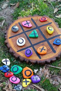 DIY tic-tac-toe painted rocks kids nature project craft - - Make your own portable outdoor tic-tac-toe game using painted rocks. An easy nature craft for kids and a tic tac toe game you'll play for years. Kids Crafts, Crafts To Do, Projects For Kids, Diy For Kids, Diy Projects, Garden Projects, Kids Fun, Craft Kids, Kids Outdoor Crafts