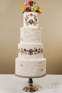 Hello everyone, I'm happy to share another cake with you today. This cake has been designed to display a seamless mold application and a colorful floral stitching effect that was piped with royal icing. The top of the cake displays a small bouquet. Round Wedding Cakes, Themed Wedding Cakes, Mexican Themed Weddings, Diy Wedding Food, Polish Wedding, Quinceanera Cakes, Traditional Wedding Cake, Painted Cakes, Cake Gallery