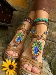 31 Hippie Shoes To Copy Asap - Shoes Styles & Design Funky Shoes, Kinds Of Shoes, Bare Foot Sandals, Gladiator Sandals, Hippie Shoes, Beach Foot Jewelry, Things To Do When Bored, Sock Shoes, Womens High Heels