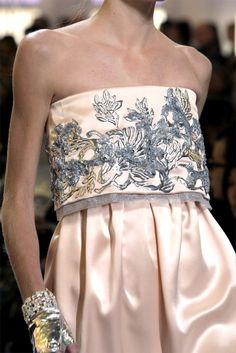 Elegancia entendida como una doble pieza: Palabra de honor y pantalón satén by Chanel