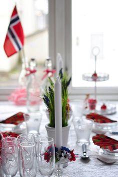 17 mai bordet - Google-søk Wedding Flowers, Table Decorations, Furniture, Google, Home Decor, Decoration Home, Room Decor, Home Furnishings, Home Interior Design