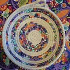 Image may contain: 1 person Rope Basket, Basket Weaving, Quilting Projects, Sewing Projects, Sewing Ideas, Fabric Bowls, Rope Art, Clothes Basket, Rope Crafts