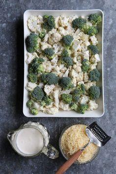 Jos pitäisi valita yksi kesäruoka ylitse muiden olisi se ehdottomasti runsaalla juustokerroksella kuorrutettu kaaligratiini kukkakaalista sekä parsakaalista ja tuoreesta tietenkin. Perinteiseen gratiiniinhan tehdään se maitokastike, mutta olen kokenut sen tarpeettomaksi, sillä kermalla ja tuhdilla juustokerroksella... Deli, Vegetable Recipes, Food Inspiration, Broccoli, Tapas, Cauliflower, Side Dishes, Food And Drink, Low Carb