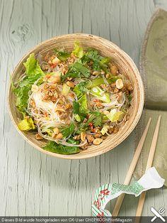 Thai – Glasnudelsalat – Yam Woon Sen, ein sehr schönes Rezept aus der Kategorie… Thai – glass noodle salad – Yam Woon Sen, a very nice recipe in the category meat & sausage. Bao Burger, Thai Glass Noodle Salad, Gua Bao, Vegetarian Recipes, Healthy Recipes, Lunch Recipes, Asian Kitchen, Asian Recipes, Ethnic Recipes