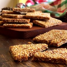 Crispy Sesame and Almond Nougat , Gourmet Recipes, Sweet Recipes, Cake Recipes, Snack Recipes, Dessert Recipes, Cooking Recipes, Desserts Keto, Delicious Desserts, Yummy Food