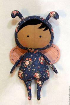 Купить или заказать Кукла Тильда - Жучок Коллекция 2015-2016 в интернет-магазине на Ярмарке Мастеров. Куколки из новой коллекции Тильда - Жучок станет смешной и любимой игрушкой для самых маленьких. А также может стать прекрасной интерьерной игрушкой в цветочный салон и не только. Если вы хотите приятно удивить своих близких и подарить им что-то оригинальное, эксклюзивный подарок hand-made станет идеальным решением. Тряпичную куклу обычно заказывают в подарок – для маленьких и совсем…