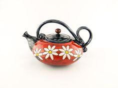 Esta tetera es hecho a mano en taller de cerámica pequeño del arte en Europa del este.  Hecho de gres y mano tallada diseño.  La tetera está