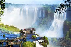 Iguazu-vandfaldene er verdens største og består af 275 mindre og større vandfald langs en 2,7 km lang strækning på Iguazu-floden. Vandfaldene løber ofte sammen og vælter i støjende kaskader udover de op til 85 meter høje klipper, som er formet som en hestesko.