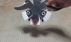 Inspirat de   - o tehnică asemănătoare origami care folosește bucăți în plus față de pliuri, designer japonez  Haruki Nakamura  creează păpuși de hârtie care se mișcă printr-o simplă atingere sau aruncare. Fabricate din hârtie și construite în mod inteligent, fiecare creatură capricioasă pune o hârtie răsuflată pe carakuri sau pe marionete mecanizate.