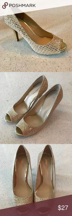 Audrey Brook Quillan Open Toe Platform Heels 9 1/2 Audrey Brook Quillan Open Toe Platform High Heels GOLD Covered Heel Sz 9 1/2 Size 9 1/2 Gold Glitter fabric uppers, leather trim Gently used, worn once, minimal wear & tear, lining & tread immaculate 4 Covered Heel Audrey Brooke Shoes Heels