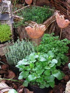 Moderně upravené bylinkové záhony využívají klasické materiály, jako je žula, štěrk nebo dřevo, avšak neobvyklým způsobem. Přísně geometrické