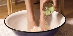 How to deflate swollen feet and ankles naturally - Pizza Time Foot Soak Recipe, Vodka, I Am Beautiful, Fat Burning Foods, Warts, Feet Care, Detox Recipes, Models, Hair Pieces