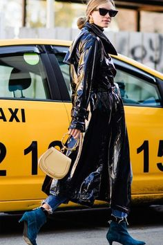 How to Wear a Patent Leather Trench Coat This Season (Le Fashion) Belle Silhouette, Fashion Week 2018, Georgia, Leather Trench Coat, Raincoats For Women, Spring Street Style, Rain Wear, Cool Street Fashion, Mode Style