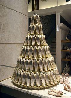Using bridal shoes to create a bridal cake fantastic idea ! very creative and balanced Store Window Displays, Window Display Design, Shoe Display, Display Shelves, Christmas Window Display, Christmas Windows, Christmas Tree, Visual Merchandising Displays, Design Lab