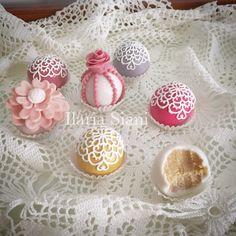 Wedding cake truffles  #instafood #ilas #ilassweetness #wedding #cakedesign #cakepops #truffle #pastadizucchero  www.ilas.webnode.it www.facebook.com/ilascake