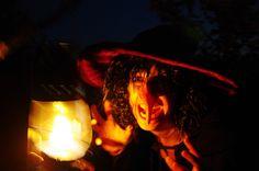 Een heks tijdens de mythische tocht over het zuidelijk deel van Schokland worden de bezoekers vermaakt met muziek, heksenverhalen, een versnapering en fakkels en lichtjes. Dit is een activiteit tijdens Uit-jeTent Weekend
