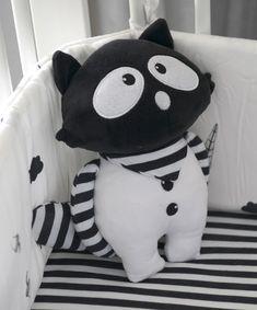 Textilná bábika #oTs #smarTrike je originálna bábika pre deti, ktorá je vďaka vysokej kvalite vhodná už od narodenia. Detská bábika má rozmery 26*20 cm a dá sa jednoducho prať v práčke. Bábika je vyrobená zo 100% polyesteru. Hello Kitty, Bamboo, Babies, Black And White, Pillows, Fictional Characters, Art, Art Background, Babys