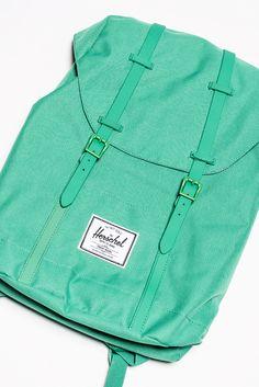 """Mit 22,5 Litern Fassungsvermögen packt der grasgrüne Trend-Rucksack einiges! Im Innern befindet sich ein gut gepolstertes Laptopfach für Geräte bis 15"""" Größe. Das strapazierfähige Außenmaterial bietet Schutz vor Regen und die leichte Rückenpolsterung sorgt zu Fuß oder auf dem Rad für bequemen Tragekomfort."""